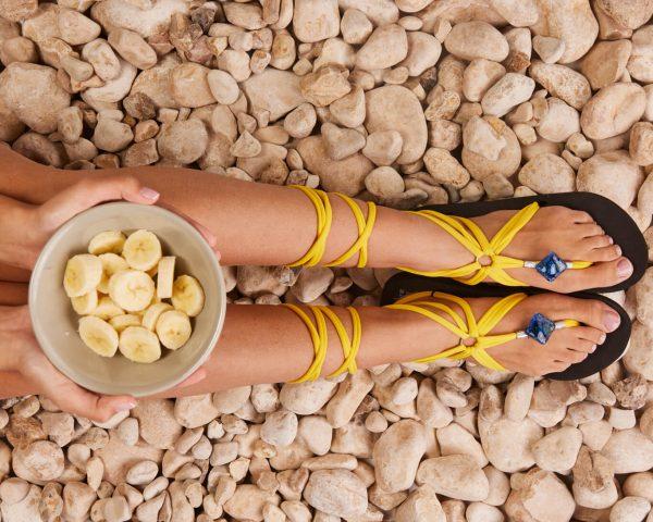 סנדל קיץ עם שרוכים ארוכים – צהוב