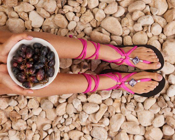 סנדל קיץ עם שרוכים ארוכים – ורוד פוקסיה