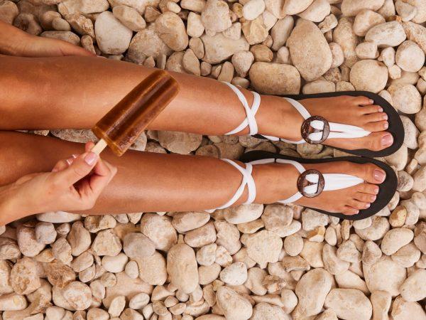 סנדל קיץ עם שרוכים קצרים – לבן