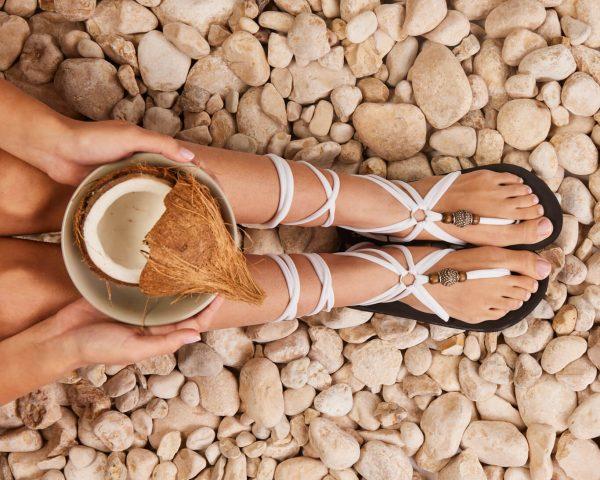 סנדל קיץ עם שרוכים ארוכים – לבן